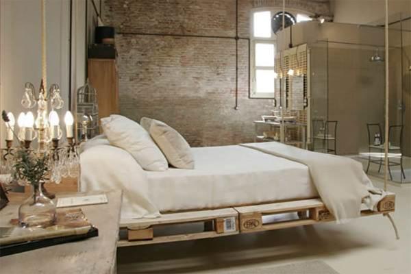Кровать из грузовых поддонов