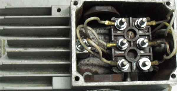 Клеммник асинхронного электродвигателя