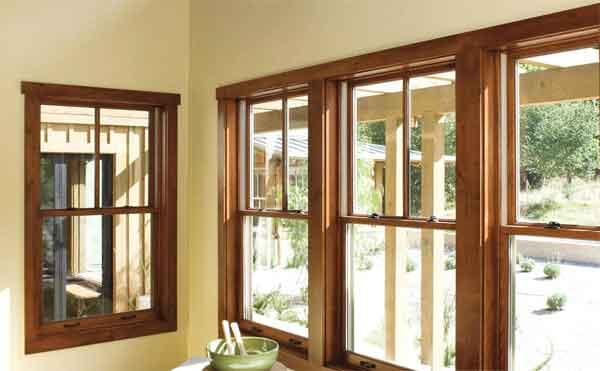 Окна в древесных рамах