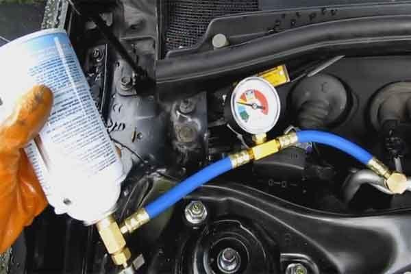 Как заправить автомобильный кондиционер фреоном?