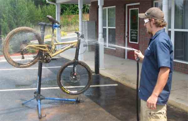 Мойка велосипеда шлангом