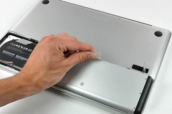 Извлечение аккумуляторной батареи макбука