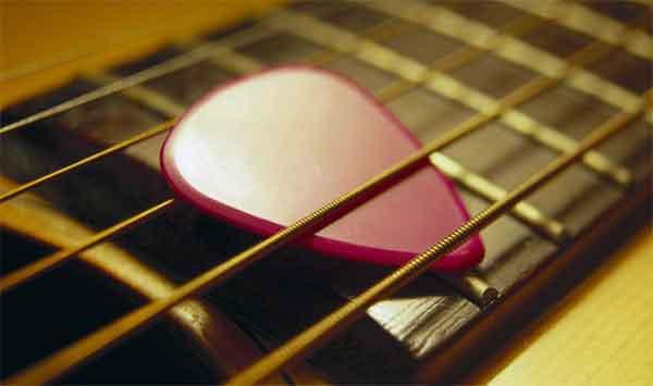 Гитарный медиатор для извлечения звуков струн