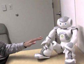Робот и система сигнала ошибки на уровне мозга человека