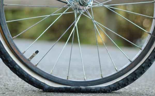 Спущенная шина велосипеда