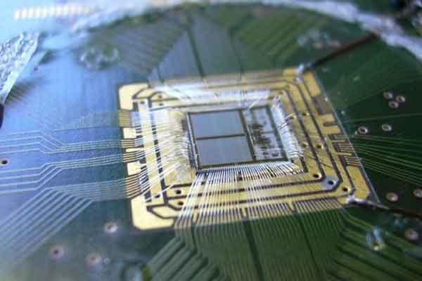 Создан материал переключатель «проводник-изолятор»