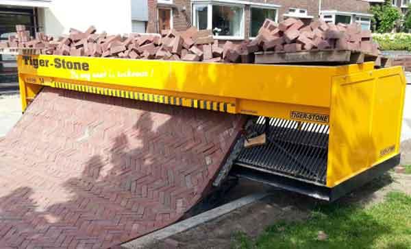 Робот плиточной кладки на строительстве