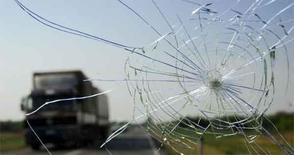 Пробоина на лобовом стекле автомобиля