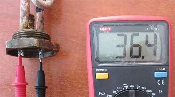 Цифровой мультиметр проверяет электрический ТЭН