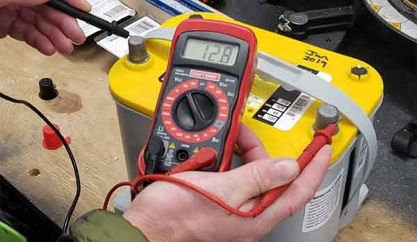 Цифровой мультиметр и тест аккумуляторной батареи