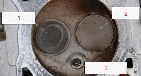 Выпускной клапан головки цилиндра мотора автомобиля
