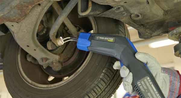 Ручной индукционный нагреватель (Mini Ductor) непосредственно в работе